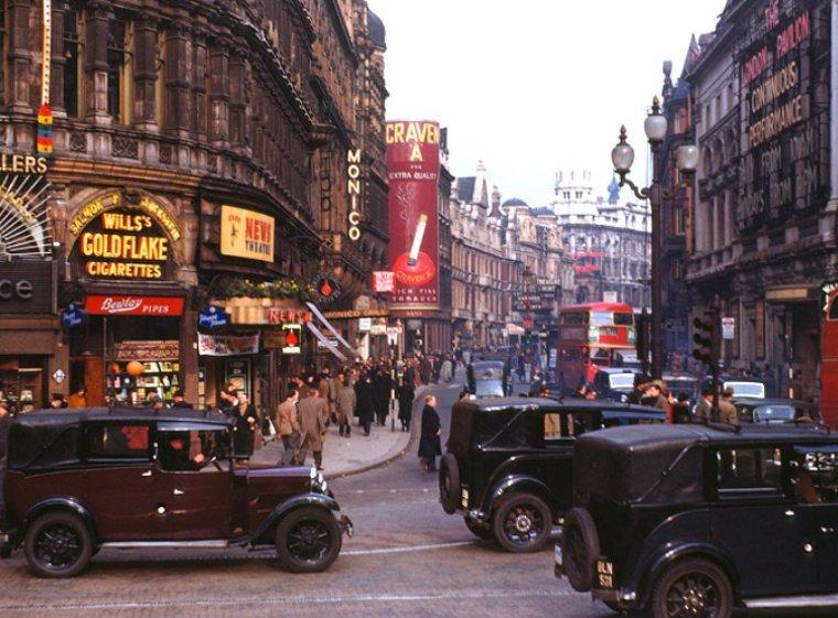Лондон, Уэст-энд, 1949 год. Обратите внимание на изобилие рекламы сигарет! истории, любопытно, люди и мир, новый взгляд, познавательно, репортажные снимки, фото, фотографии