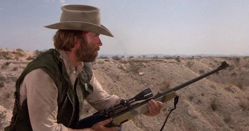 Меткий стрелок - Чак Норрис видео, выстрел, падение, прикол, приколы, ржач, чак норрис, юмор
