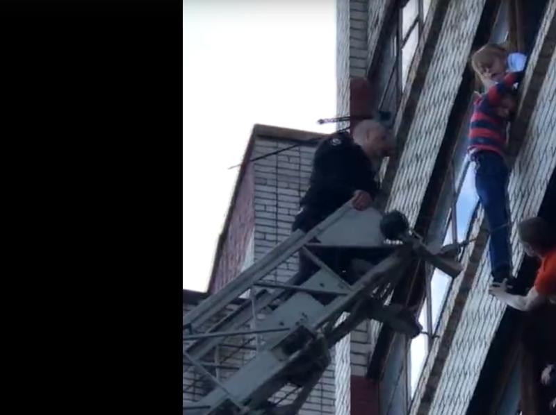 Ребенок провисел на балконе 25 минут, пока его не спасли: видео балкон, киров, ребенок, трагедия