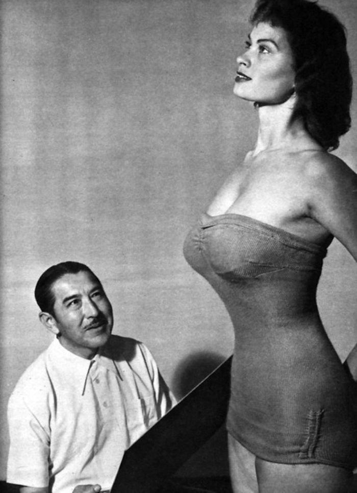 10. 22-летняя актриса Айриш МакКалла позирует для 57-летнего художника Альберто Варгас в 1951 году век, мир, прошлое, снимок, событие, странность, фотография