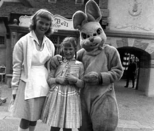 3. Семья фотографируется с кроликом в Диснейленде, 1958 год век, мир, прошлое, снимок, событие, странность, фотография