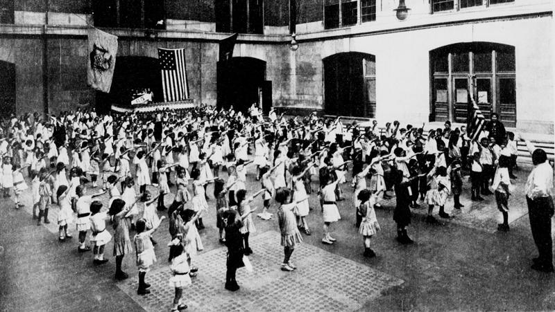 """6. Американские школьники приветствуют государственный флаг США, выполняя """"салют Беллами"""", 1915 год век, мир, прошлое, снимок, событие, странность, фотография"""