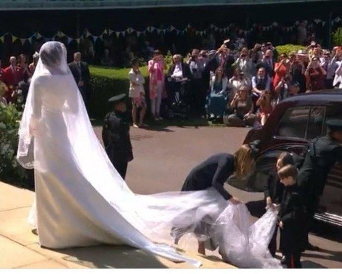 Небольшой (а может, и большой) путаницы со шлейфом избежать не удалось Меган Маркл, забавно, королевская свадьба, приколы, принц гарри, свадебный юмор, смешно, юмор