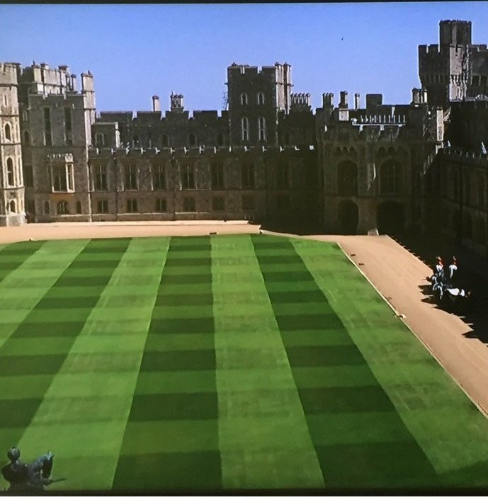 По этому газону, наверное, любит ходить Елизавета II: только здесь она может почувствовать себя шахматной королевой! Меган Маркл, забавно, королевская свадьба, приколы, принц гарри, свадебный юмор, смешно, юмор