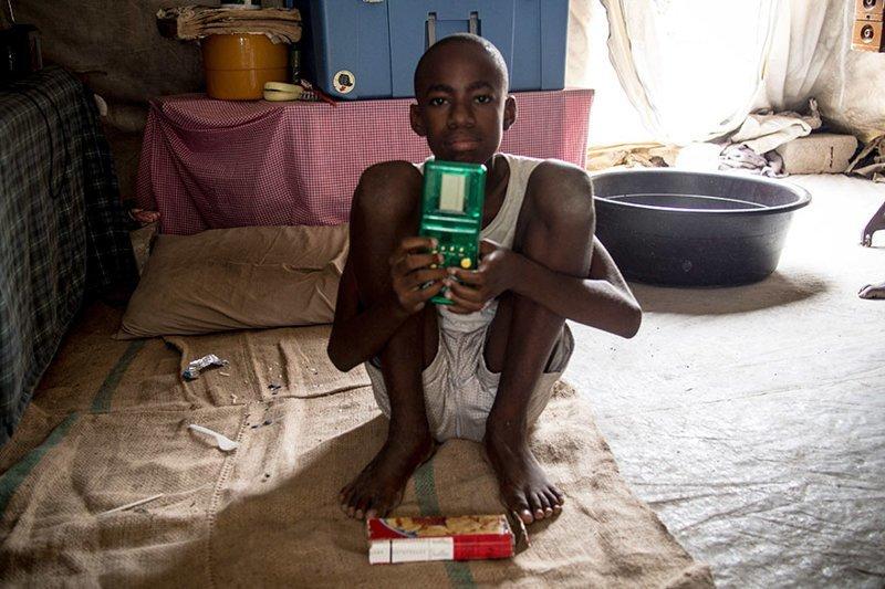 В гаитянском доме, где в месяц на семью тратят $102, любимая игрушка — это портативная видеоигра в мире, дети, игрушка, люди, страны