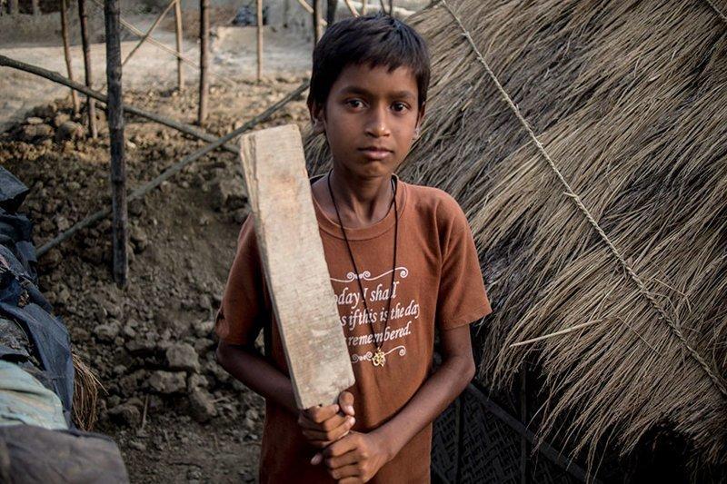 В индийском доме, где в месяц на семью тратят $65, любимая игрушка — это самодельная бита для крикета в мире, дети, игрушка, люди, страны