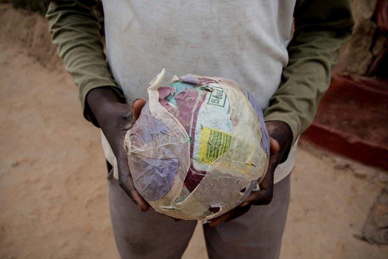 Зимбабве — в месяц на семью тратят $34 — самодельный мяч из пакетов в мире, дети, игрушка, люди, страны