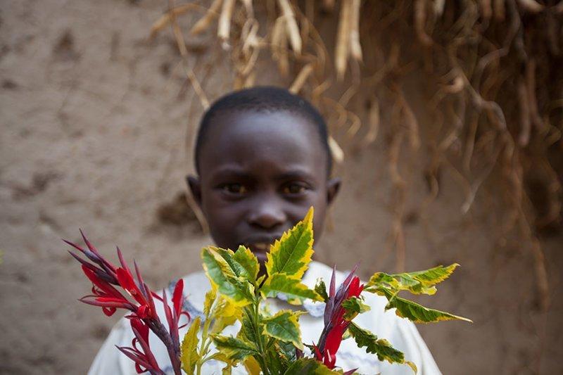 В руандийском доме, где в месяц на семью тратят $72, любимыми игрушками является растение в мире, дети, игрушка, люди, страны