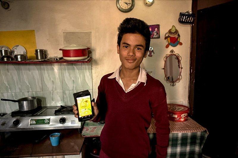 В индийском доме, где в месяц на семью уходит $369, любимой игрушкой является мобильный телефон в мире, дети, игрушка, люди, страны