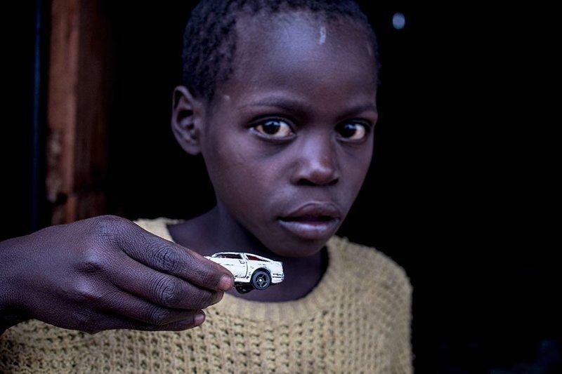 В зимбабвийском доме, где в месяц на семью тратят $41, любимой игрушкой является автомобиль в мире, дети, игрушка, люди, страны