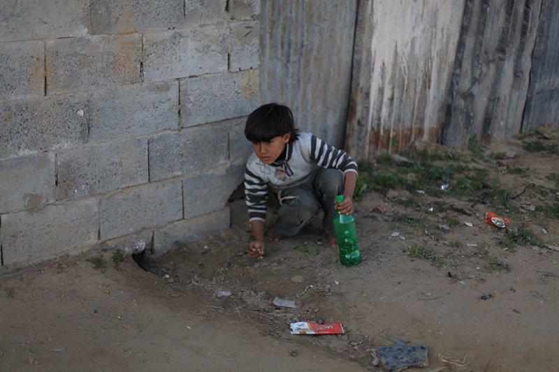 В палестинском доме, где в месяц на семью тратят $112, любимой игрушкой является пластиковая бутылка в мире, дети, игрушка, люди, страны