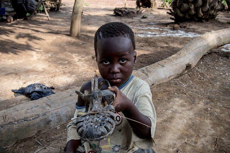 В ивуарийском доме (Кот-д'Ивуар), где в месяц на семью тратят $61, любимой игрушкой является обувь в мире, дети, игрушка, люди, страны