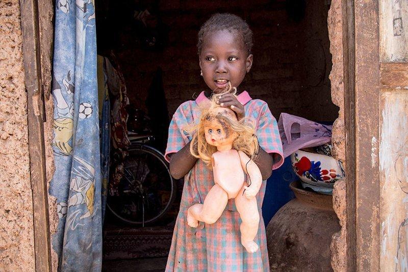 В доме, расположенном в Буркина-Фасо, где в месяц на семью тратят $45, любимой игрушкой является сломанная пластиковая кукла в мире, дети, игрушка, люди, страны