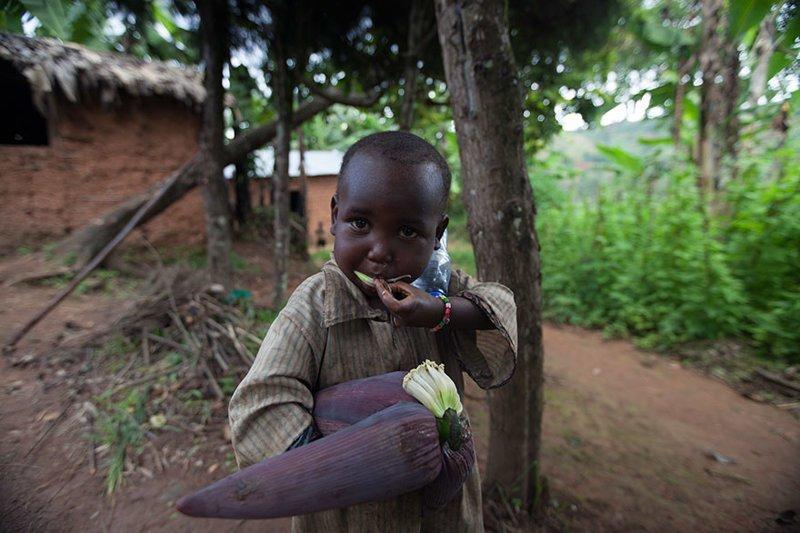 Этот ребёнок из Бурунди, где семья в месяц тратит $29, любит играться с сушёной кукурузой в мире, дети, игрушка, люди, страны