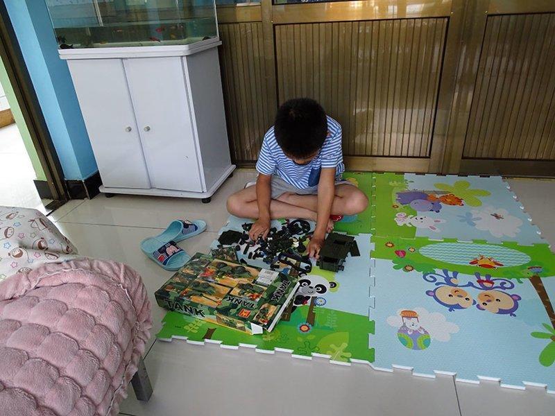 В китайском доме, где в месяц на семью тратят $2235, любимая игрушка — это модель танка в мире, дети, игрушка, люди, страны