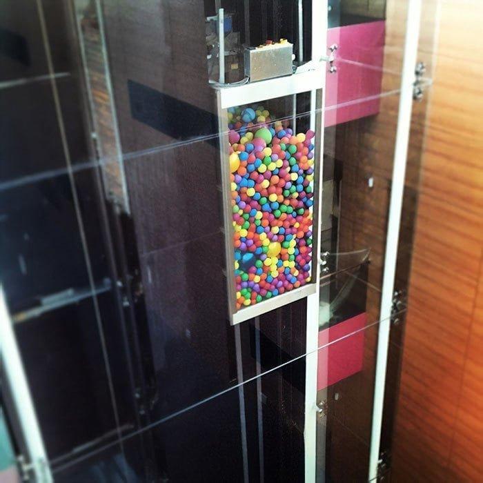 17. Яркий лифт, заполненный воздушными шарами в мире, дизайн, дизайнеры, красота, креатив, лифтк, фантази