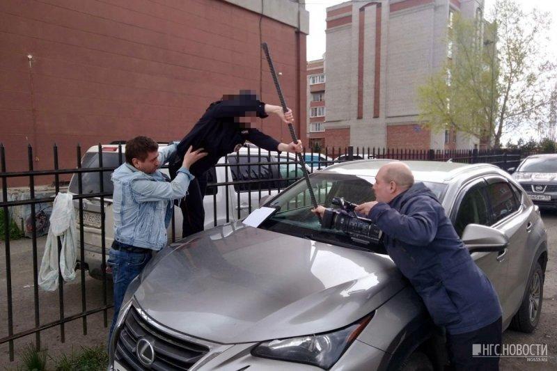 Полицейские помогли пострадавшему вытащить лом из лобового стекла автомобиля lexus, авто, автомобили. автоместь. месть, видео, отношения, ревность