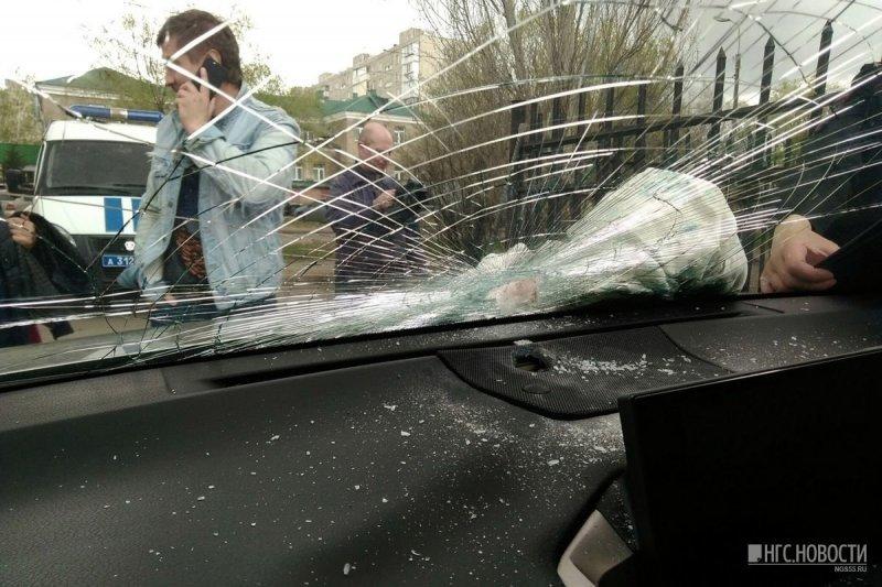 В припаркованный во дворе Омска Lexus воткнули лом lexus, авто, автомобили. автоместь. месть, видео, отношения, ревность