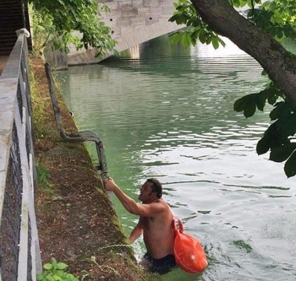 Этот парень плавает на работу каждый день, чтобы не стоять в порбках бенджамин дэвид, вплавь на работу, истории, юмор