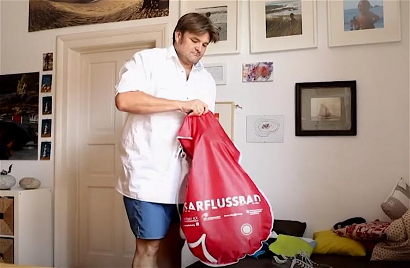 В начале каждого дня Дэвид складывает всё необходимое в специальный плавательный мешок бенджамин дэвид, вплавь на работу, истории, юмор