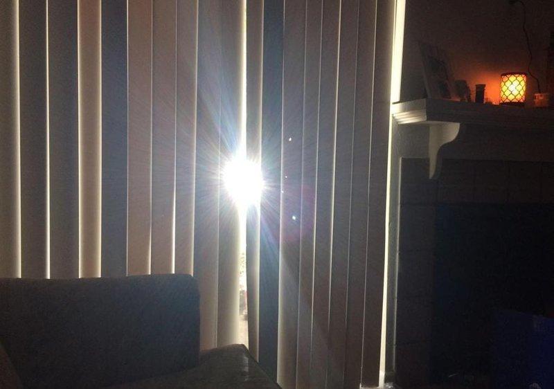 11. «Луч света пролетел через 150 миллионов километров, чтобы попасть в небольшую щель в жалюзи» вещи, забавно, подборка, прикол, юмор