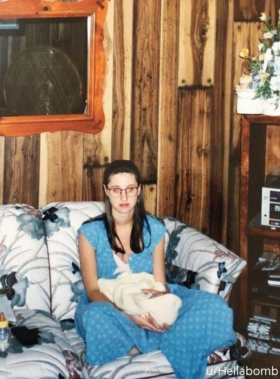 «Момент, когда мама осознала, куда катится её жизнь» архив, кадр, прикол, семейное фото, семья, фото, юмор
