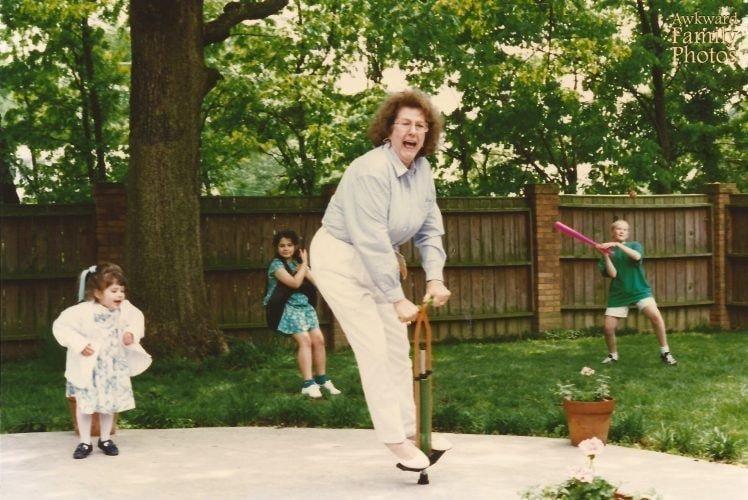 «Это День матери в 1994 году. Бабушка попросила попробовать мою прыжковую ходулю, а мама это сфотографировала» архив, кадр, прикол, семейное фото, семья, фото, юмор
