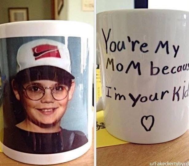 «Мой приятель подарил это маме, когда ему было 12» архив, кадр, прикол, семейное фото, семья, фото, юмор