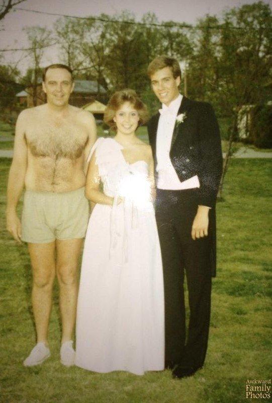 «Мой выпускной. Сначала мы сделали несколько фотографий у моего дома, а затем поехали к дому моего будущего мужа. Его папа косил траву, и мама заставила его оторваться, чтобы сфотографироваться с нами» архив, кадр, прикол, семейное фото, семья, фото, юмор