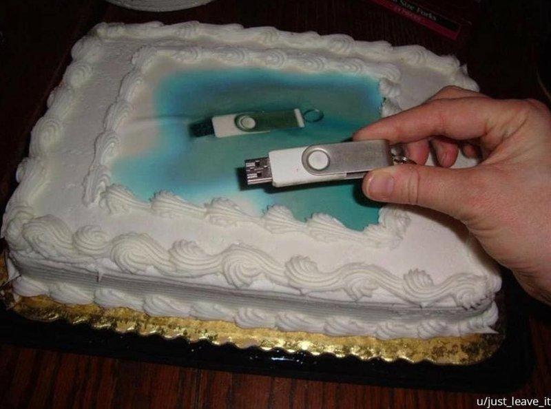 «Подруга заказала торт и отдала флешку с фото, которое хотела на нём видеть. Когда она пошла за заказом, то получила это» архив, кадр, прикол, семейное фото, семья, фото, юмор