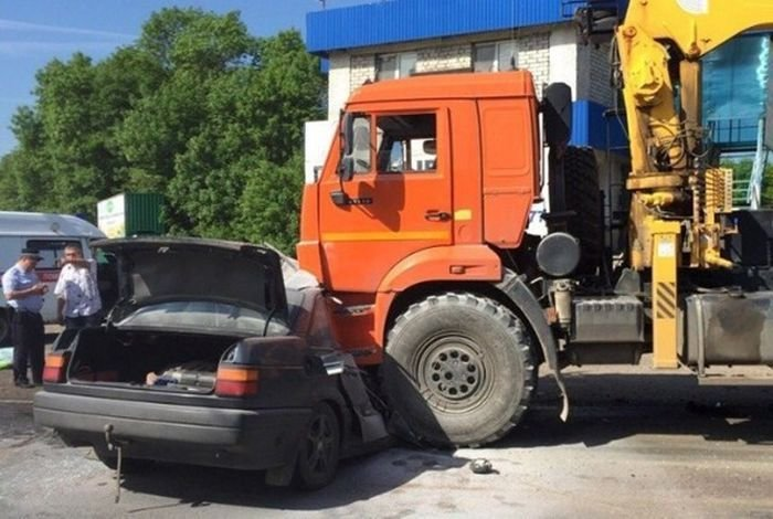 Карма, бессердечная ты: нарушитель спокойствия на дорогах нашел свой КамАЗ volkswagen, авария, авто, авто авария, видео, дтп, лихач, смертельное дтп