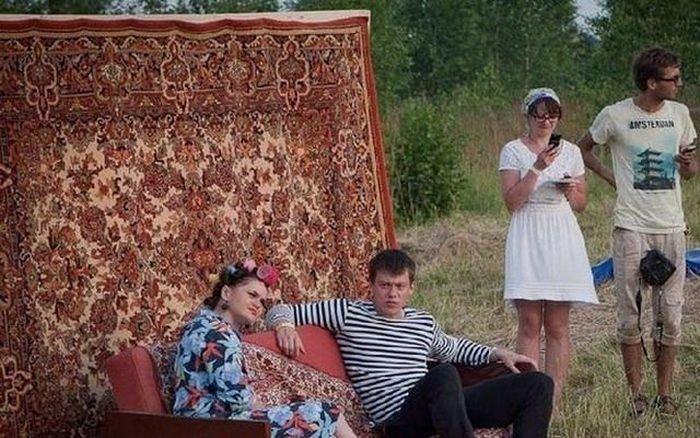Идиллия семейной жизни забавно, ковер, люди, обычай, прикол, традиция, юмор