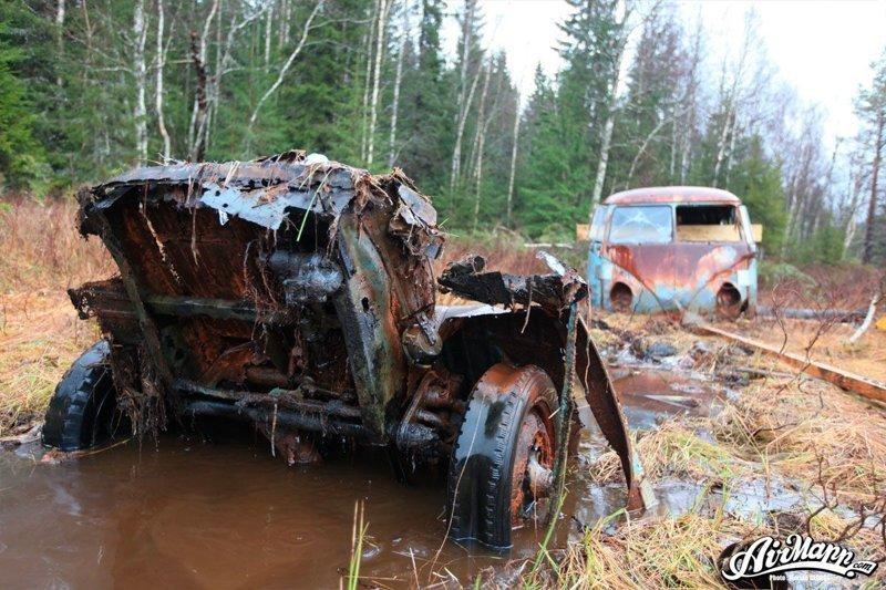 Сначала автобус, вытащили на более сухое место. Из болота так же извлекли элементы передней подвески. volkswagen, volkswagen t1, авто, автомобили, находка, олдтаймер, ретро авто, фургон