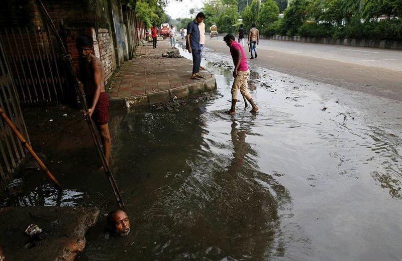 Жалуетесь на работу? А в Бангладеше канализационные чистильщики получают всего $10 за смену бангладеш, дакка, канализация, мир, работа, сток, фотография