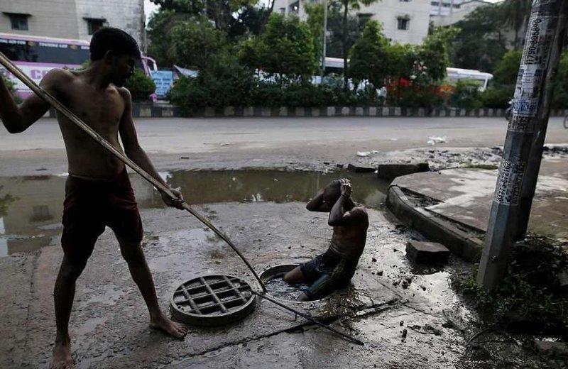 Канализацию бангладешцы расчищают голыми руками  бангладеш, дакка, канализация, мир, работа, сток, фотография