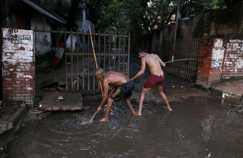 Чистильщикам не выдают ни специального оборудования, ни средств защиты  бангладеш, дакка, канализация, мир, работа, сток, фотография