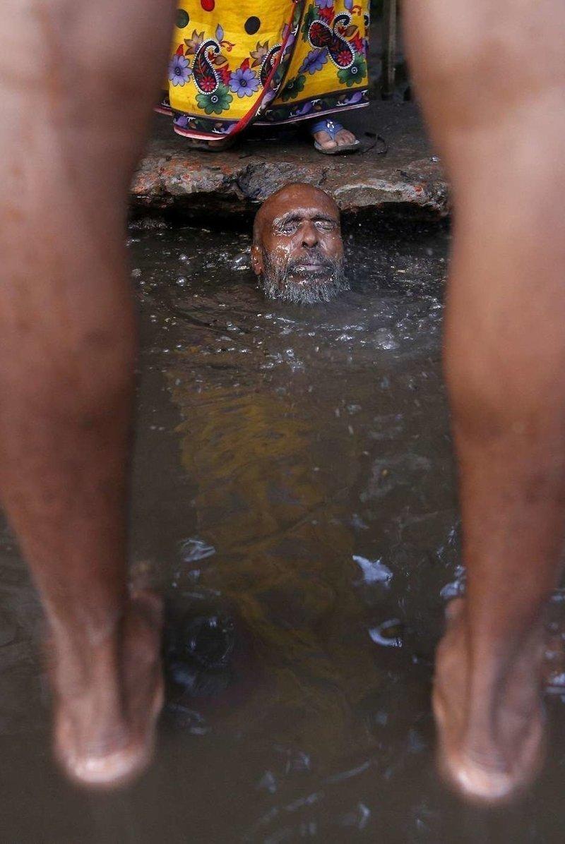 Ситуацию в городе с населением более 14 миллионов человек ухудшают проливные дожди  бангладеш, дакка, канализация, мир, работа, сток, фотография