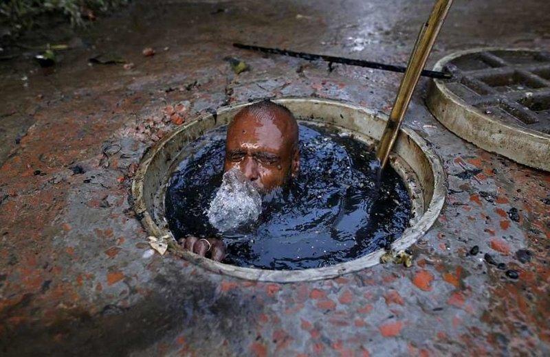Если не удается прочистить затор палкой, приходится нырять в зловония  бангладеш, дакка, канализация, мир, работа, сток, фотография