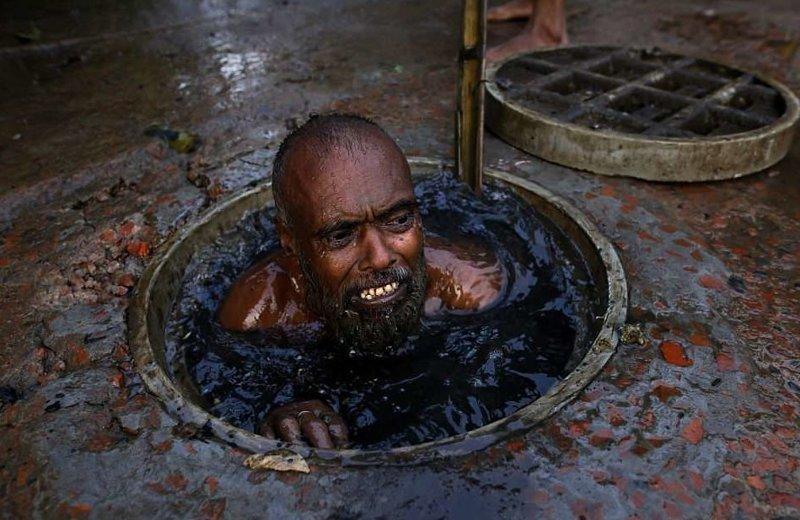 Десятки канализационных чистильщиков ежегодно гибнут в Бангладеше бангладеш, дакка, канализация, мир, работа, сток, фотография