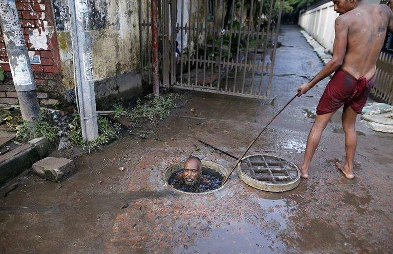 В перенаселенной Дакке канализационный ныряльщик получает максимум 10 долларов в день  бангладеш, дакка, канализация, мир, работа, сток, фотография