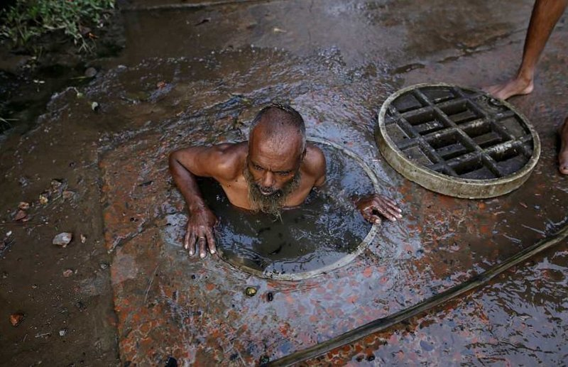 Они также сталкиваются с ядами, содержащимися в сточных водах  бангладеш, дакка, канализация, мир, работа, сток, фотография