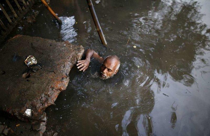 Чистильщикам приходится задерживать дыхание, когда они ныряют в человеческие отходы  бангладеш, дакка, канализация, мир, работа, сток, фотография