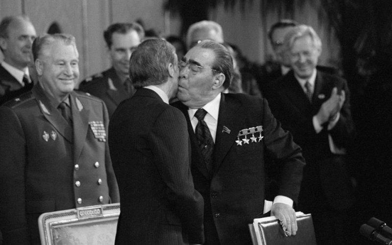 Поцелуй власти: чмоки, засосы и объятия генсеков и президентов Ельцин, брежнев, засос, президент, сталин