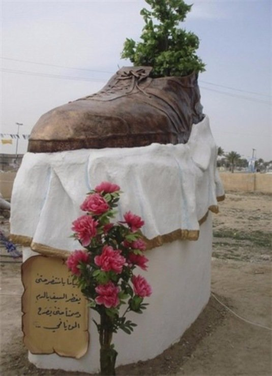 Монумент в честь знаменитого броска Багдад, Буш-младший, Мунтазар аз-Зейди, ботинкометание, война в Ираке, журналист VS президент, конференция, президент