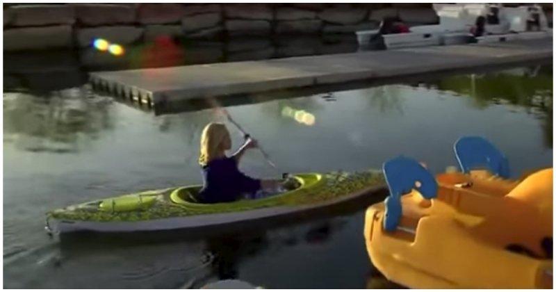 Оператор новостей упал в пруд во время прямого эфира  видео, неудача, оператор, падение, прикол, фейл, юмор