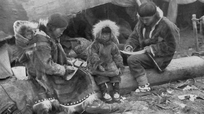 Мама, папа, я - аборигены Чукотки около чума. история, россия, чукотка