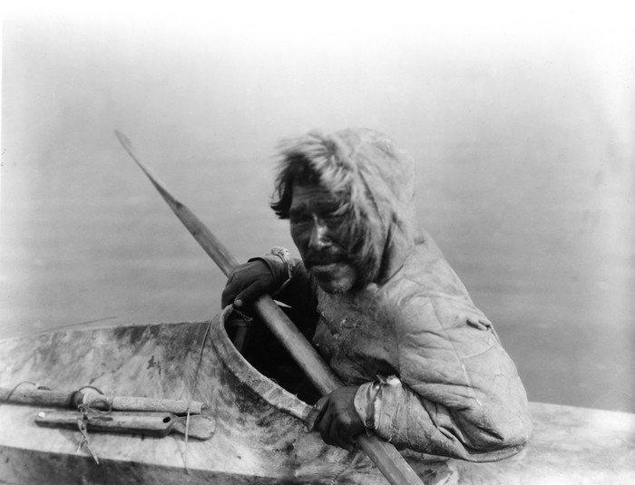 Чукча в традиционнной лодке. история, россия, чукотка