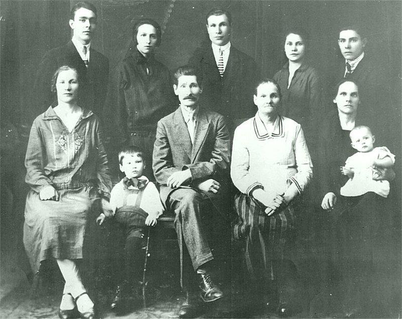 Л. Брежнев в кругу семьи (конец 1920 годов) Брежнев Л. И., СССР, история