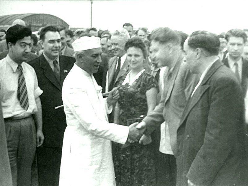 Л.И. Брежнев приветствует в аэропорту Алма-Аты премьер-министра Индии Дж. Неру. 1955 г. Брежнев Л. И., СССР, история
