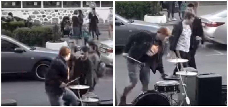 Уличный музыкант ударил прохожего, когда тот потрогал его за щёчку ynews, видео, избил, интересное, прохожий, ударил, ударник